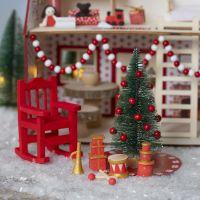 L'Elfo che decora la casetta di Babbo Natale