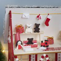 L'Elfo sta facendo i regali nella casa di Babbo Natale