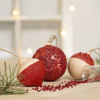 Sfere natalizie decorate con Craft Paint, Sticky Base trasparente, gel modellabile autoindurente e mini perle in vetro