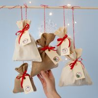Calendario dell'Avvento con sacchetti di stoffa e stickers numerati su etichette manilla