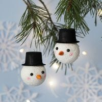 Sfera di Natale decorata come un pupazzo di neve