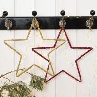Una stella di Natale all'uncinetto su telaio in metallo