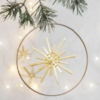 Una stella di paglia appesa a un cerchio di metallo