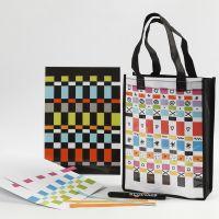 Una borsa e unatovaglietta decorate con carta da intrecciare
