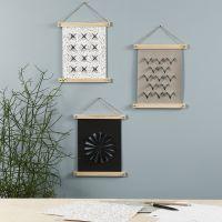Un pendente da parete in carta finta pelle decorato con un pirografo