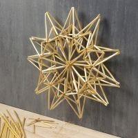 Una grande stella decorativa in paglia da appendere