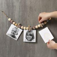 Figure su un pezzo di spago naturale con perline di legno, mollette e paillettes