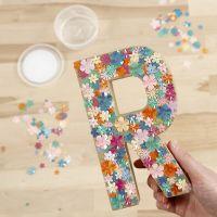 Lettera in cartapesta decorata con lustrini e Sticky Base