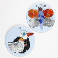 Mosaici fantasia su piatti rotondi in terracotta