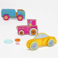 Auto realizzate con fogli di plastica termorestringibile decorati con bottoni per le ruote
