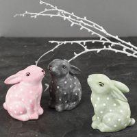 Conigli in porcellana dipinti e decorati con vernice per vetro e porcellana e pennarelli per vetro e porcellana