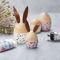Uova e conigli in legno dipinti con Plus Color e decorati con scaglie marmorizzate
