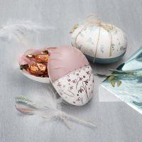 Un uovo in cartapesta a due parti decorato con vernice Plus Color e pellicola decorativa