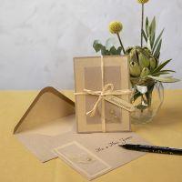 Un invito in carta riciclata decorato con lo scheletro di una foglia