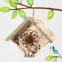 Casetta per gli uccelli decorata con pirografo