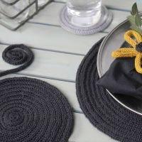 Tovagliette e sottobicchieri realizzati in tubolare lavorato a maglia