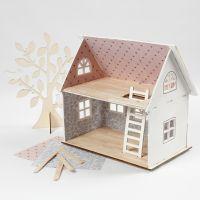 Una casa di bambole ricoperta di carta fantasia e bastoncini del ghiacciolo per il pavimento
