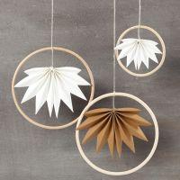 Decori pendenti con anelli di bambù e foglie in carta finta pelle