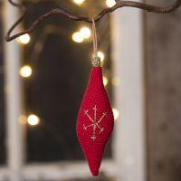 Decoro pendente natalizio a forma allungata lavorato all'uncinetto con filo di cotone