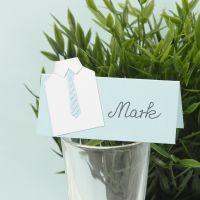 Un segnaposto per una cerimonia con una maglietta in carta e una cravatta