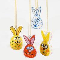 Conigli pasquali in porcellana decorati con pennarelli per vetro e porcellana