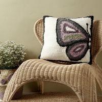 Un cuscino con design a farfalla realizzato con punch needle
