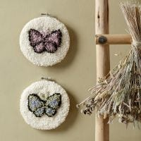 Farfalle ricamate con punch needle in un telaio