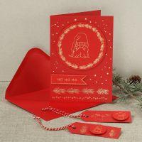 Una cartolina di Natale con un elfo ficcanaso creato da un foglio decorativo