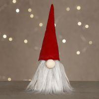 Un elfo ficcanaso con una lunga barba e un cappello di velluto