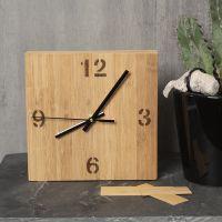 Una scatola dell'orologio decorata con impiallacciatura di bambù