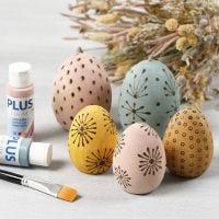 Uova di legno colorate decorate con il pirografo