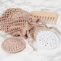Dischetti di cotone all'uncinetto e una borsa per il lavaggio