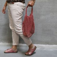 Una shopping bag all'uncinetto in filato di cotone