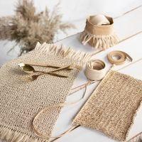 Tovagliette all'americana lavorate a maglia in rafia di carta con nappe
