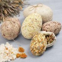 Uova di Pasqua in cartapesta in due parti ricoperte di polpa e fiori secchi
