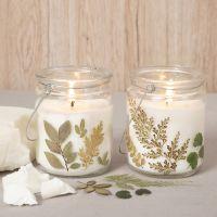 Candele di cera di colza in una lanterna di vetro decorata con fiori secchi