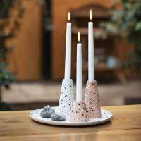 Un piatto e candelabri di fibre di bambù decorati con scaglie marmorizzate