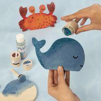 Una balena e un granchio decorati con pittura artigianale e glitter bio