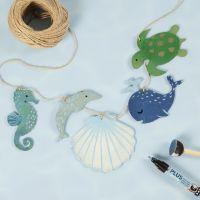 Una ghirlanda con creature marine in legno decorate con pittura artigianale