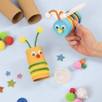 Insetti realizzati con tubi di cartone decorati con materiali artigianali di base