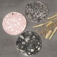 Un piatto di argilla autoindurente decorato con la tecnica delle bolle di sapone