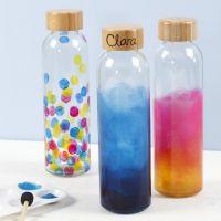Una bottiglia d'acqua decorata con vernice per vetro