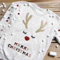 Un divertente maglione natalizio con jingle bells