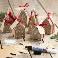 Un calendario dell'Avvento da 24 piccole case e alberi di cartapesta