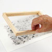 Come realizzare la carta fatta a mano con olio essenziale, lavanda e cartoncino colorato